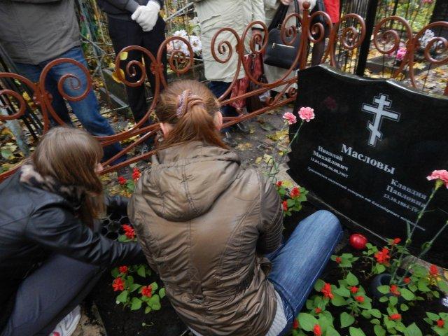 Совет старшеклассников МБОУ СОШ№15 г.Калуги принял решение ухаживать за памятником Н.М. Маслова и его супруги на Пятницком кладбище.