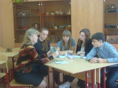 Учитель-краевед М.Ю. Рыбакова в школьном клубе